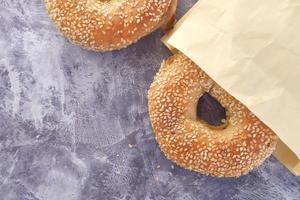 verse bagel op een tafel