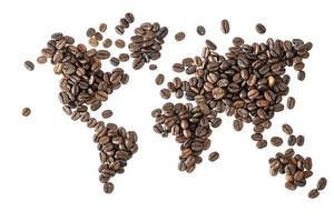 kaart van de wereld gemaakt van gebrande koffiebonen geïsoleerd op een witte achtergrond foto