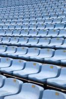 close-up detail van de blauwe stadionstoelen foto
