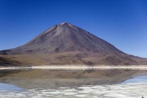 laguna verde-meer en licancabur-vulkaan in bolivia foto