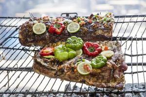 geroosterd vlees gekookt op een buitengrill foto
