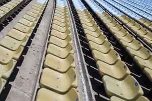 close-up detail van de bruine stadionstoelen foto