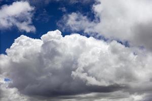 witte wolken op de blauwe hemel