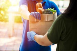 foodserviceproviders die maskers en handschoenen dragen. thuisblijven vermindert de verspreiding van het covid-19-virus