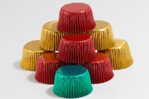 kleurrijke aluminium bakvormpjes foto