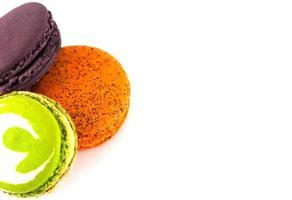 drie kleurrijke bitterkoekjes