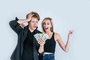 gelukkig paar dat dollarbankbiljetten toont