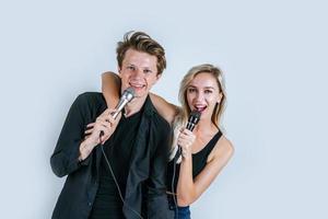 gelukkig portret van paar microfoons houden en zingen