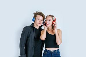 gelukkig jong koppel in koptelefoon luisteren muziek in de studio foto