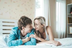 gelukkig paar samen in de slaapkamer