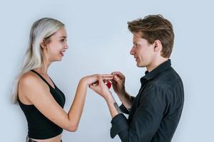 gelukkig portret van paar tijdens verrassingshuwelijk