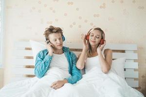 gelukkige paar luisteren naar liedjes in de ochtend