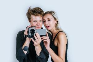 gelukkig portret van paar microfoons houden en zingen foto