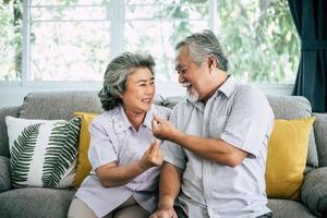 senior koppel samen in hun woonkamer foto