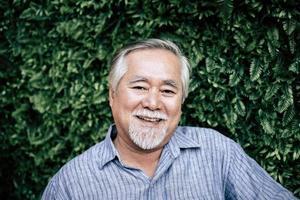 portret van senior man die lacht foto