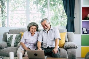 senior paar praten en laptop computer gebruikt