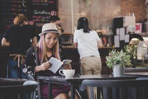 gelukkig zakenvrouw lezen van een boek terwijl u ontspant in café