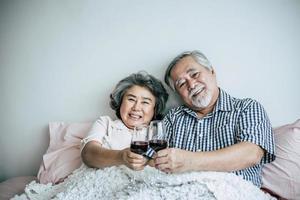 bejaarde echtpaar genieten van hun verjaardag in de slaapkamer