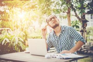 zakenman denkt aan iets met potlood op hoofd terwijl hij thuis werkt foto
