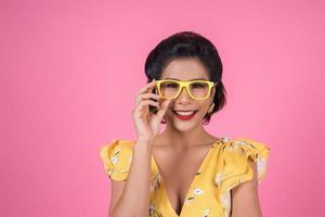 portret van modieuze vrouw met zonnebril
