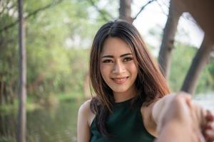 portret van een lachend meisje ontspannen in natuurpark buitenshuis