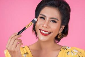 portret van een vrouw met make-upborstel