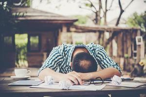 moe werkende man slapen op de werkplek vol werk