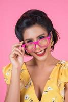 portret van een modieuze vrouw met zonnebril