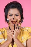 portret van een vrouw met make-upborstels