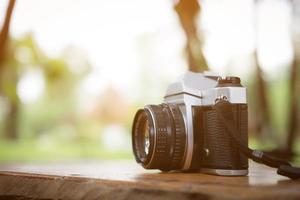 vintage camera op houten tafel met wazig aard achtergrond