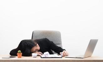 moe overwerkte jonge zakenvrouw slaapt in kantoor op de werkplek