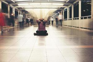 hipster bebaarde man zittend op de vloer gestrest voelen