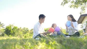 Aziatische familieportret met ballonnen