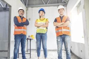 jonge Aziatische ingenieur die een huis bouwt foto