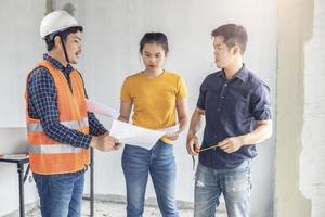 drie technische huisinspecteurs foto