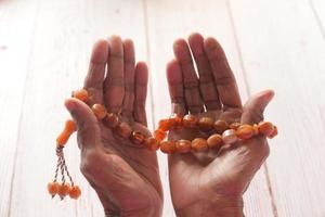 gebedskralen in de hand van een oude man foto