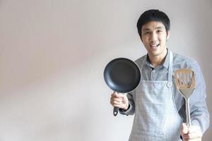 man met een pan en spatel foto