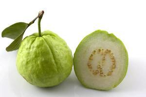 verse guave op een witte achtergrond