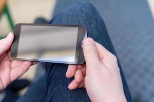 close up van een man met een mobiele smartphone foto