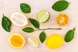 gemengde citrusvruchten bovenaanzicht foto