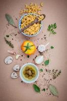 Italiaans eten op een bruine achtergrond foto