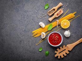 spaghetti-ingrediënten met exemplaarruimte foto