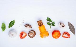 Italiaanse voedselingrediënten op wit foto