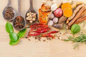 bovenaanzicht van het koken van kruiden foto