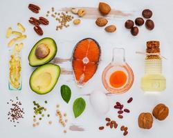 gezond voedsel op een armoedige witte achtergrond foto