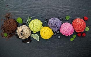 kleurrijke bolletjes ijs met fruit foto