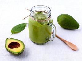avocado smoothie op een armoedige witte achtergrond foto