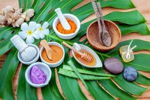 biologische huidverzorging op een groen blad foto