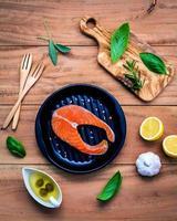 bovenaanzicht van een zalm maaltijd ingrediënten foto