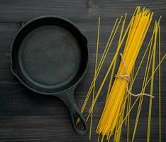 koekenpan en spaghetti noedels foto